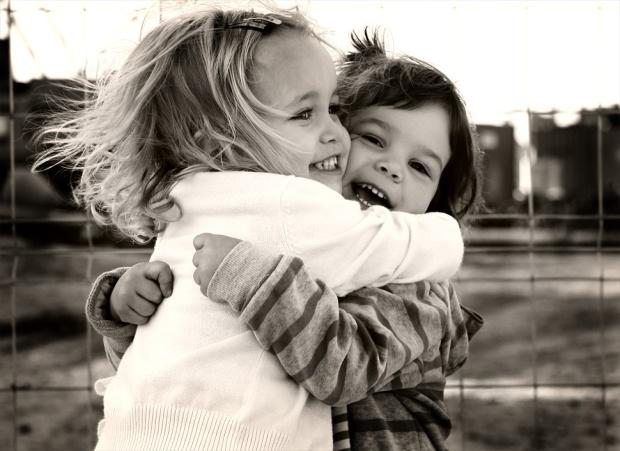 abrazo-de-amigas