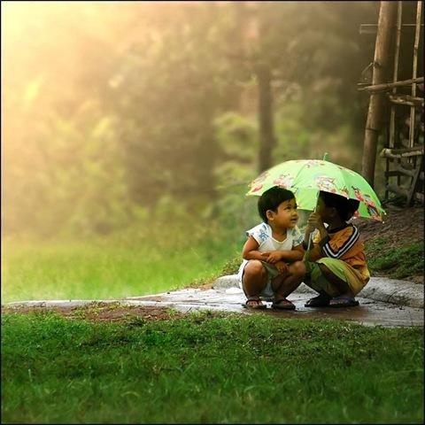 niños-asiaticos-compartiendo-paraguas